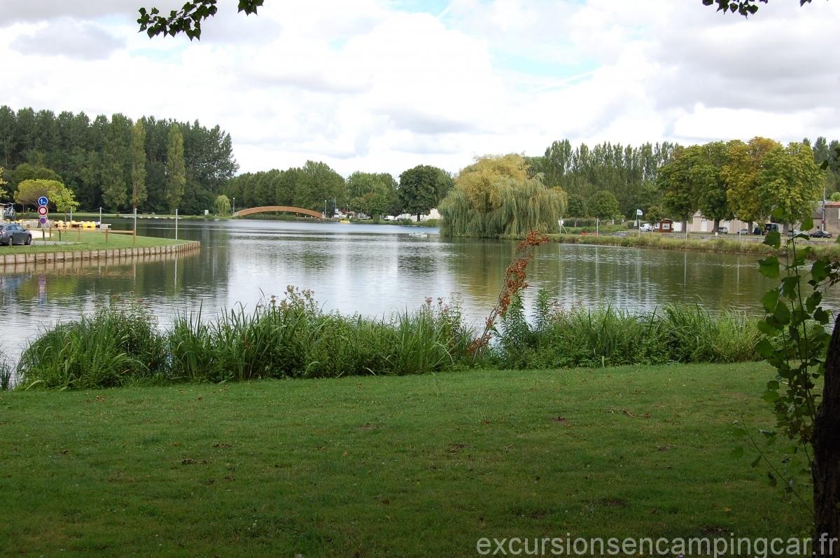 Vue sur l'étang depuis le parking dédié aux camping-cars de St Jean d'Angely