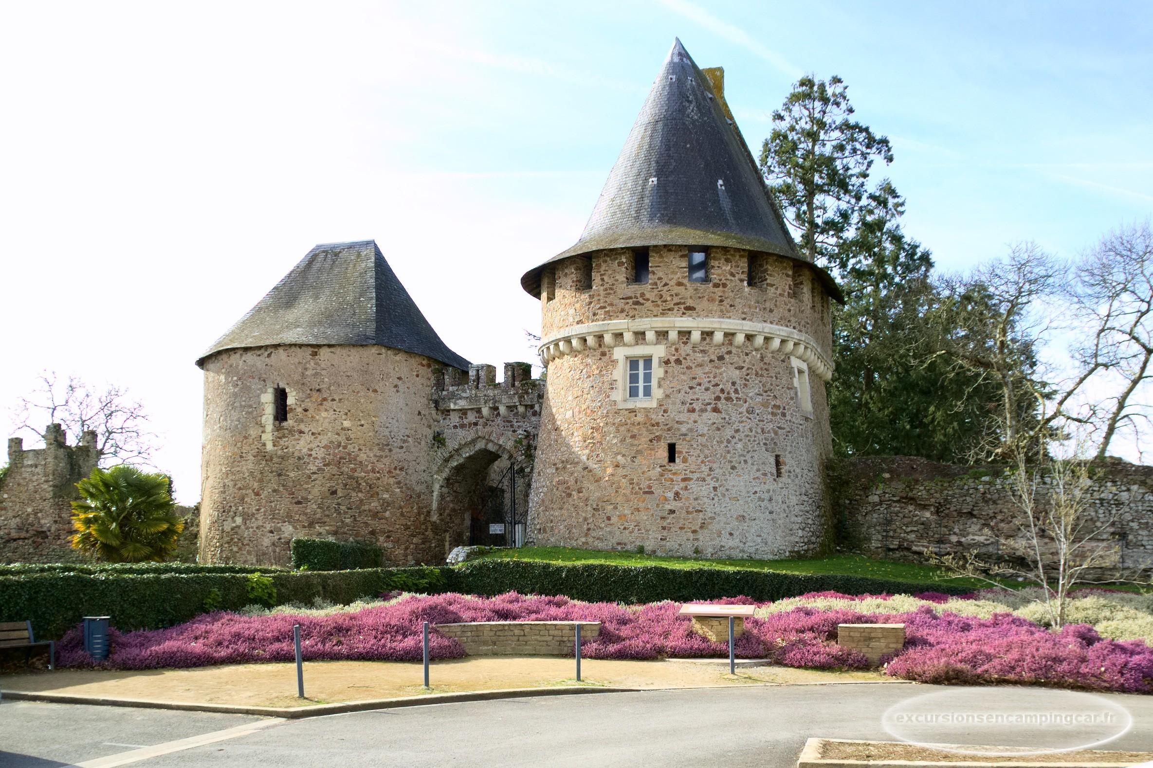 les deux tours de l'entrée de la forteresse