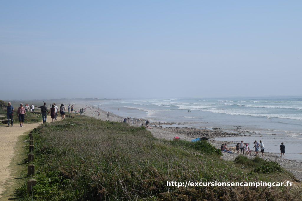 Le sentier côtier menant au cordon de galet de la baie d'Audierne