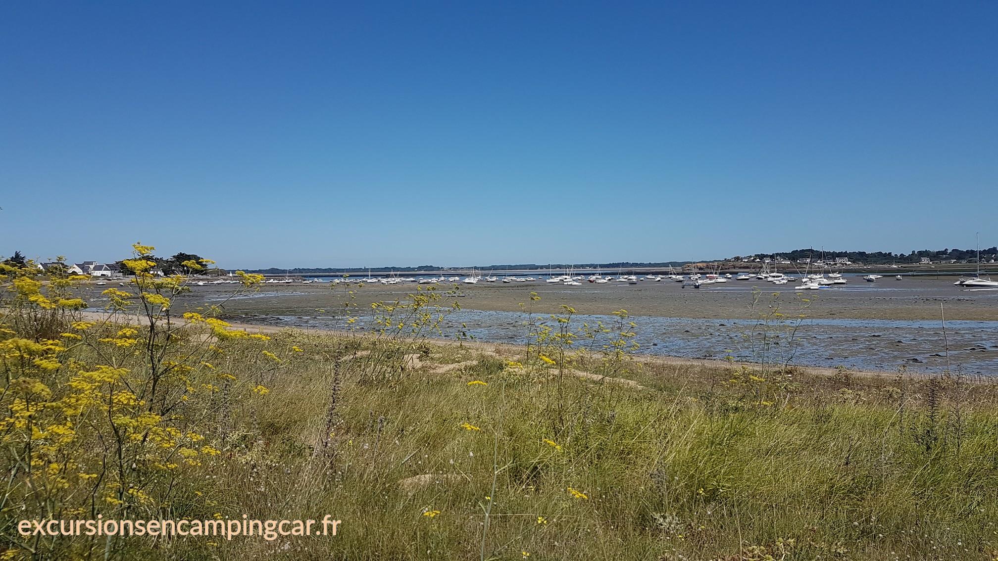 Petite vue sur le port de mouillage de Merquel depuis le sentier côtier