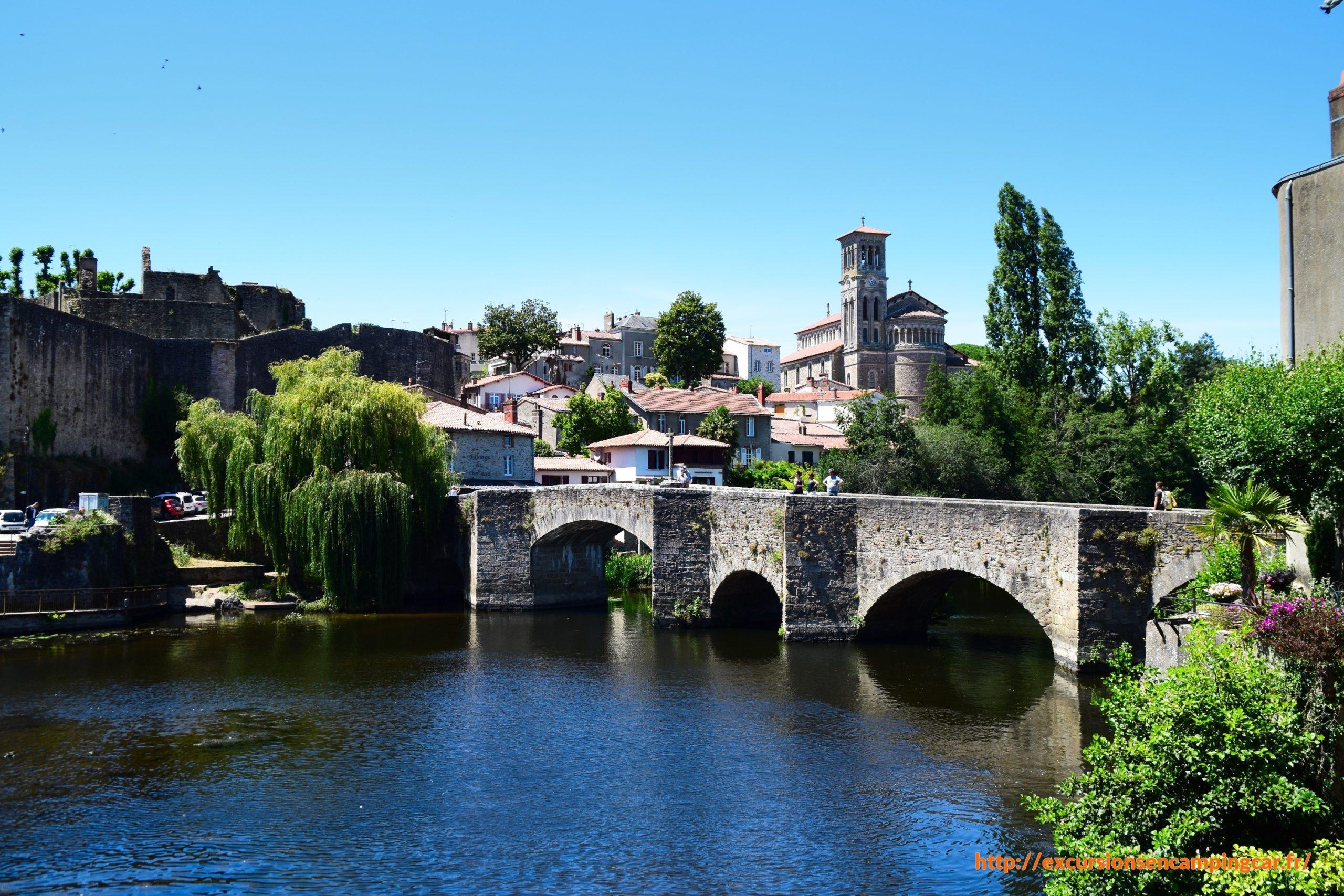 Vue sur le pont de la Vallée, le château à gauche et l'église Notre-Dame à Clisson