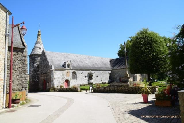 vue sur le jardin de l'église de Le Guerno